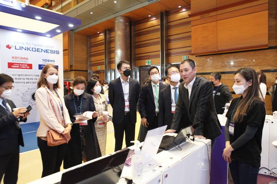 지난 AI EXPO KOREA 2020에서 에이모 오승택 대표가 자사 솔루션을 소개하고 있다