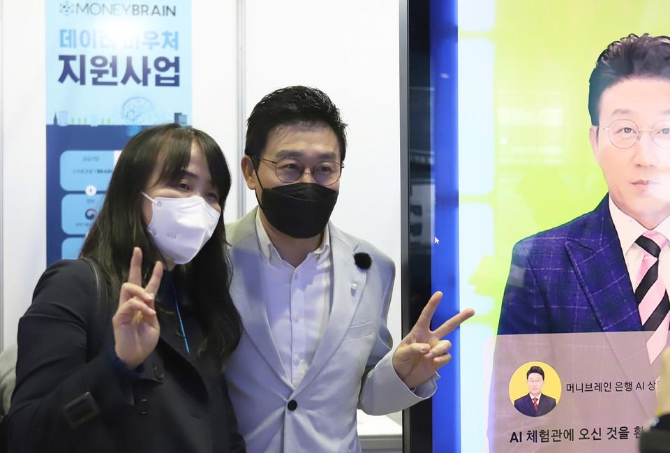 김현욱 아나운서가 부스를 방문한 참관객과 기념촬영 모습