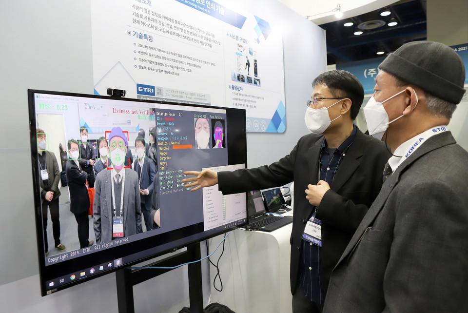 김명준 원장이 ETRI 인공지능 얼굴정보 인식 기술을 시연하고 있다.